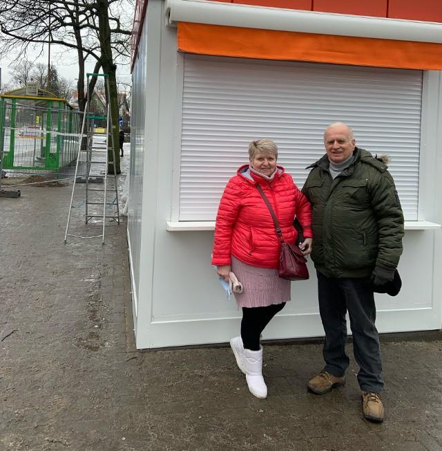 Teresa i Henryk Korczakowie przed nową budką z lodami. Punkt ma ruszyć na wiosnę.