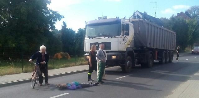 Do zdarzenia doszło w niedzielę (2 października) na ul. Kożuchowskiej w Ochli. Kobietę z jezdni zabrało pogotowie ratunkowe.