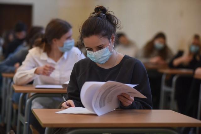 Matura rozpoczyna się 4 maja 2021. Obowiązkowe są trzy egzaminy pisemne: z języka polskiego, matematyki i języka obcego. Nie ma egzaminów ustnych, nie trzeba też przystępować do egzaminu na poziomie rozszerzonym z wybranego przedmiotu. Ale uczniowie i tak przystępują do rozszerzeń, bo wyniki tych egzaminów są wymagane przez uczelnie przy rekrutacji na studia