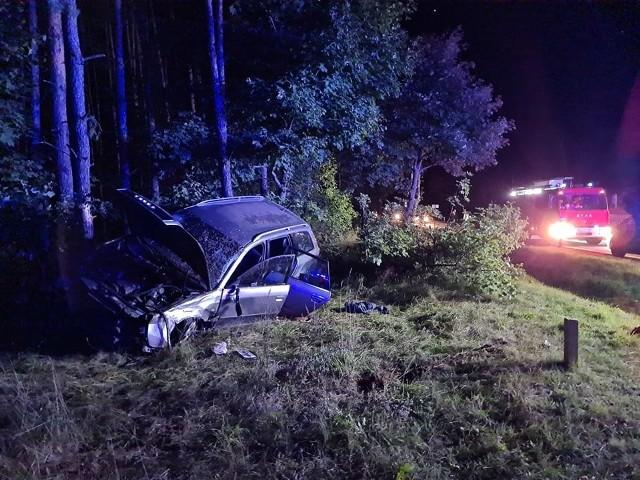 Ostrówek. Wypadek na DK8. Kierowca leżał nieprzytomny obok auta po dachowaniu