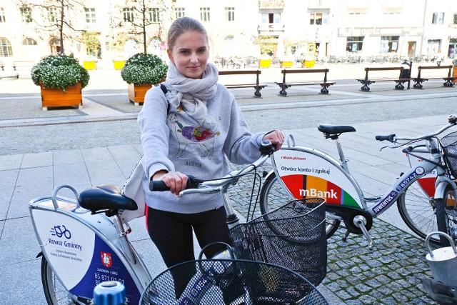 Wolę jazdę rowerem niż autobusem. BiKeR-y to genialny pomysł, czasem tylko pojawiają się techniczne problemy związane z wstawieniem roweru do stojaka - mówi Natalia Łowicka, która BiKeR-ami jeździ niemal codziennie.