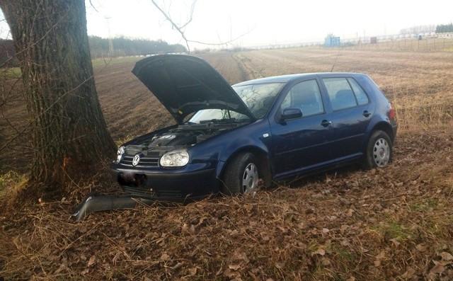 Zanim nadjechała pomoc, mieszkańcy postawili auto na koła.