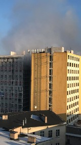 Pożar w byłym hotelu Brda w Bydgoszczy. Dym wydobywał się z szybu windy [zdjęcia,video]