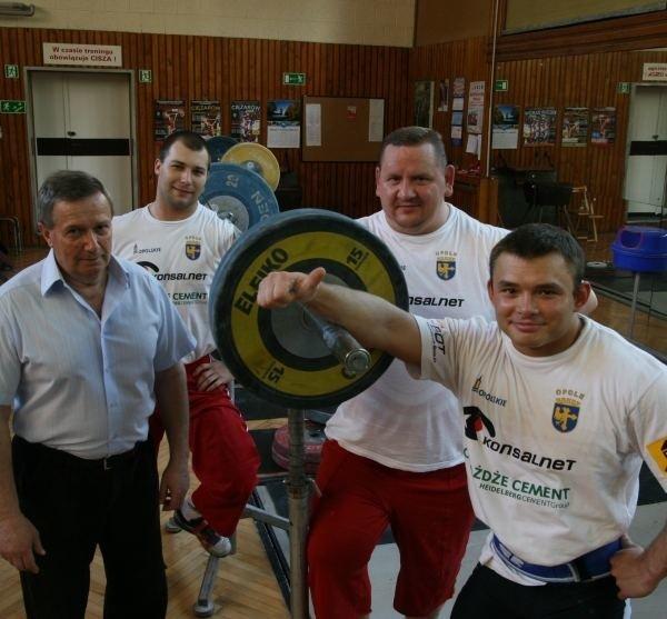 Ekipa Ryszarda Szewczyka (z lewej) w składzie z Bartłomiejem Bonkiem, Pawłem Najdkiem i Krzysztofem Szramiakiem (stoją od lewej) będzie głównym kandydatem do mistrzostwa.