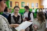 Łódź: Szóstoklasiści po sprawdzianie [arkusze egzaminacyjne, zdjęcia]
