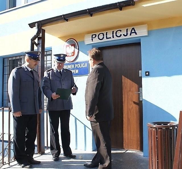 Na zdjęciu: (od lewej) aspirant Jarosław Kuźmiński, komendant posterunku, mł. inspektor Dariusz Garbarczyk, komendant powiatowy policji oraz Krzysztof Baranowski.