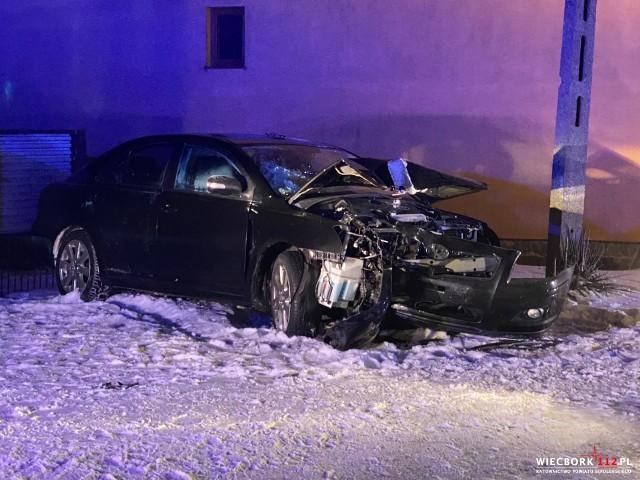 W Płoskowie kierowca uderzył w słup energetyczny