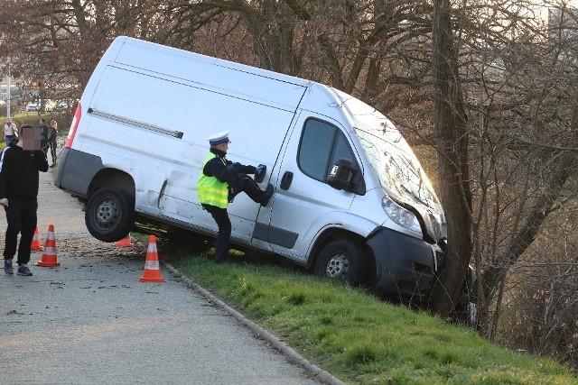 Do wypadku doszło na przejściu dla pieszych na jezdni w stronę wiaduktu. Młody mężczyzna został potrącony przez busa. Kierowca, chcąc uniknąć wypadku, wykonał manewr uniku i przejechał przez pas zieleni, przeciął dwa pasy dla przeciwnego kierunku ruchu, wypadł z drogi i uderzył w drzewo.