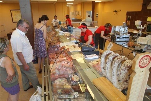 Nowy sklep WiR Łopuszno przy ulicy Kryształowej przypomina ekskluzywne delikatesy mięsne, choć ceny tu raczej na każda kieszeń. fot. D. Łukasik