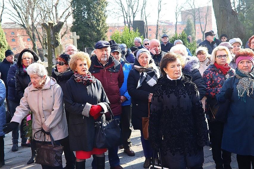 """Pogrzeb Cezarego Mocka, bohatera """"Sanatorium miłości"""". Jacek Kurski na pogrzebie. Tłumy towarzyszyły łodzianinowi w jego ostatniej drodze"""