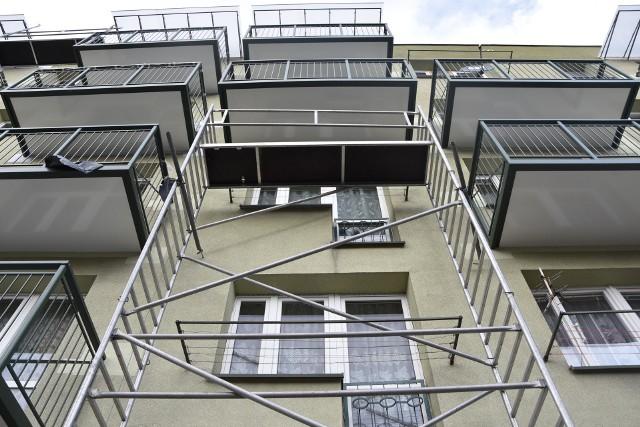 Balkony zostały już dostawione do bloków przy ul. Reymonta, Rolniczej i Lelewela