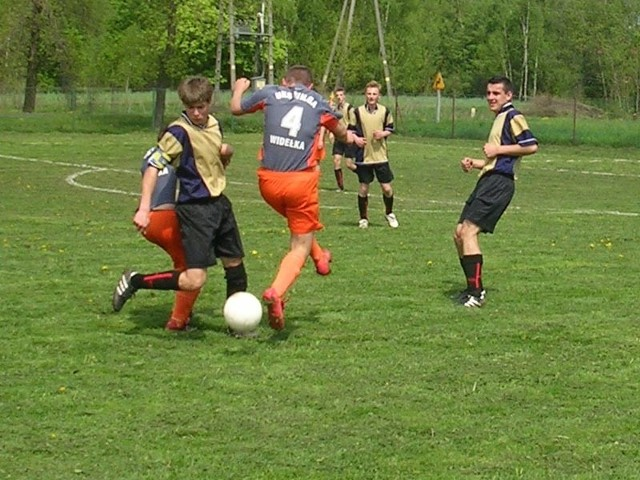 Juniorzy starsi Wilgi Widelka (pomaranczowe spodenki) przegrali u siebie 1-5 z Górnovią Górno.