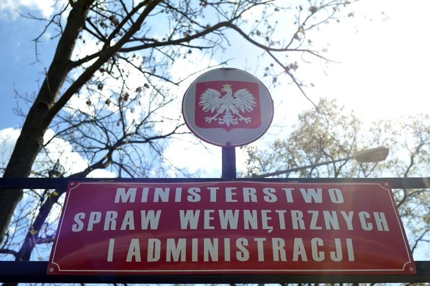 Szef MSWiA, na wniosek szefa ABW, podjął decyzję o natychmiastowej deportacji obywatela Szwecji Antona T.