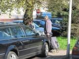 Mistrzowie parkowania atakują chodniki. Gdzie jest policja? [ZOBACZCIE ZDJĘCIA]