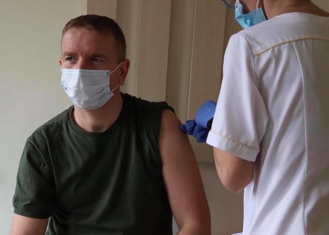 Żołnierze WOT oraz 56 Bazy Lotniczej w Inowrocławiu od kilku dni szczepienie sa przeciw Covid-19