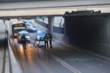Nieprzejezdna ul. Niciarniana. Korki. Kierowca uszkodził wiadukt i uciekł ZDJĘCIA