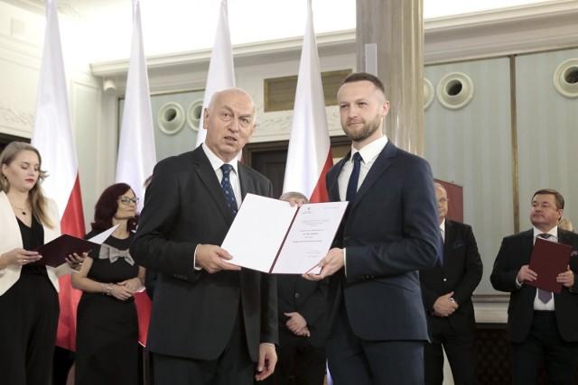 Poseł z Brodnicy Paweł Szramka (z prawej) przypomina ministrowi infrastruktury o obietnicach złożonych w sprawie budowy 100 obwodnic w kraju (w tym 6 w województwie kujawsko-pomorskim) i prosi o jasną deklarację, kiedy obwodnice powstaną