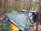 Siedział w szałasie w środku lasu z workiem amfetaminy. Policja odkryła jego kryjówkę