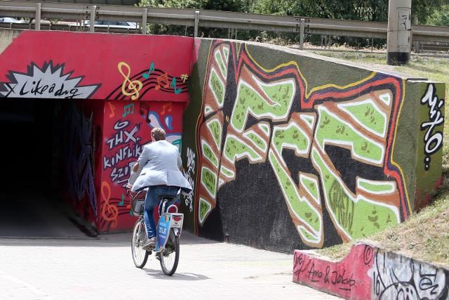 Graffiti na pewno nie zniknie ze ścian przejścia podziemnego na pl. Społecznym. Powstało legalnie