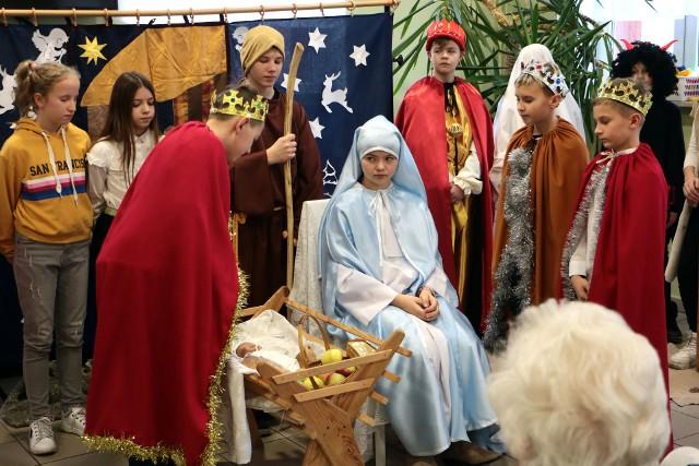 Sporo radości przywiozły dzieci ze szkoły podstawowej w Szembruczku do domu seniora w Grudziądzu. Wystawiły one jasełka i obdarowały seniorów życzeniami świątecznymi.