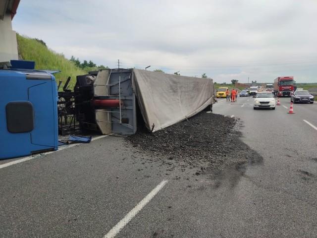 Ciężarówka zablokowała A1. Węgiel wysypał się na autostradę.Zobacz kolejne zdjęcia. Przesuwaj zdjęcia w prawo - naciśnij strzałkę lub przycisk NASTĘPNE