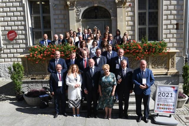 Uczestnicy obrad Konwentu Marszałków Województw RP zrobili sobie pamiątkowe zdjęcie przed Pałacem Dąmbskich