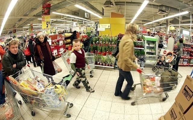 Podajemy szczegóły dotyczące godzin otwarcia i zamknięcia różnych sklepów - w tygodniu i w niedziele handlowe oraz w dni poprzedzające wolne niedziele i poniedziałki po wolnych niedzielach.Jak to wygląda w sklepach: Polomarket, Netto, Piotr i Paweł, Tesco, Carrefour, Lidl, Biedronka, Kaufland, Mila, Dino, Żabka, Auchan i małych sklepach? Piszemy na następnych stronach.
