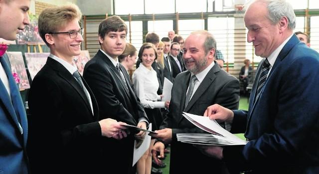 Absolwenci I LO im. Dubois odebrali w piątek świadectwa ukończenia szkoły