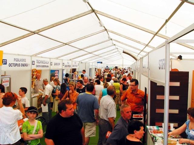 Hala ze stoiskami wystaców Porannego Targów Budowlanych w 2010 rokuW ubiegłym roku część wystawców miała stoiska przygotowane w namiocie.