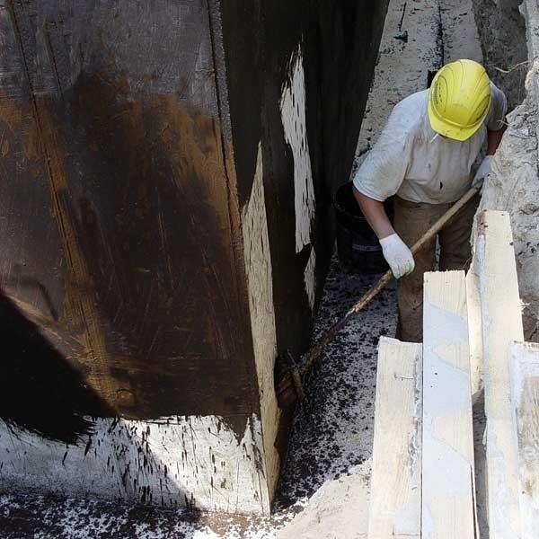 Jeśli fundamenty znajdują się powyżej poziomu wód gruntowych wystarczy wtedy pomalować dwukrotnie fundamenty Gumbitem lub Izolbetem.