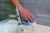 Czym czyścić fugi z pleśni i brudu? Sprawdzone, domowe środki do czyszczenia fug