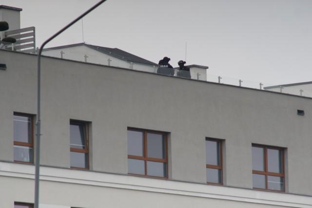 Poznań - akcja antyterrorystów na ul. Inflanckiej. Na miejscu zaroiło się od policji. Padły strzały
