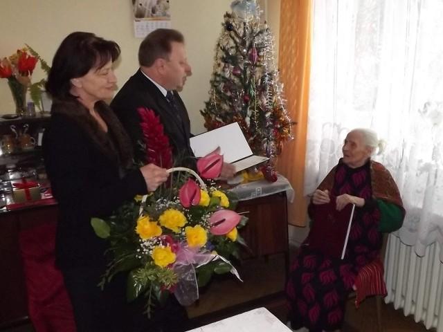 Józefa Banaszczyk obchodziła setną rocznicę urodzin. Życzenia składają jej wiceprezydenci Starachowic Sylwester Kwiecień i Małgorzata Szlęzak.