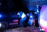Honda wbiła się w stodołę. Kierowca nie żyje [ZDJĘCIA]