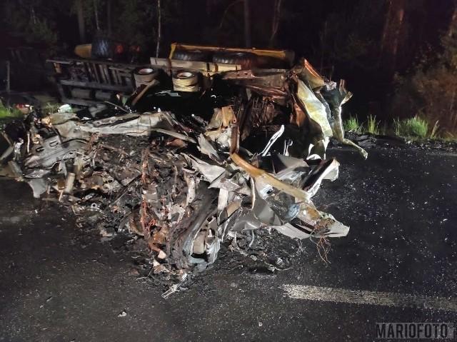 Wypadek w Wierchlesiu. Zderzenie renault z ciężarowym volvo. Samochód osobowy się zapalił, kierowca spłonął w pojeździe