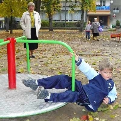 Siedmioletni Filip Knopp uwielbia się bawić na karuzeli. Do ogródka jordanowskiego przychodzi z babcią Danutą Leśniewską.