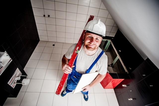 """Bezrobocie na Dolnym Śląsku wynosi niewiele ponad 5 proc. Nie brakuje jednak zawodów, w których firmy nie mogą znaleźć pracowników. W jakim zawodzie najłatwiej o posadę?Oto lista """"zawodów o najwyższym niewykorzystaniu miejsc pracy i największej liczbie wolnych miejsc pracy"""" we Wrocławiu i na Dolnym Śląsku. Sprawdźcie kolejne zawody przechodząc dalej strzałkami, gestami albo myszką. Dane pochodzą z najnowszej publikacji Urzędu Statystycznego we Wrocławiu """"Rynek pracy w województwie dolnośląskim"""". Znajdują się w niej szczegółowe informacje o pracujących, bezrobotnych, wynagrodzeniach, a także warunkach pracy i wypadkach przy pracy w 2018 r."""