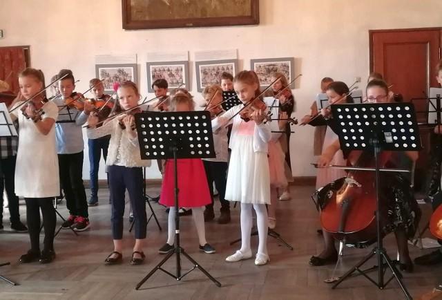 Nauka w szkole muzycznej I st.  daje podstawy wykształcenia muzycznego oraz przygotowuje do dalszego kształcenia w szkole muzycznej II st. Na dalszych zdjęciach instrumenty, na jakich można nauczyć się grać w inowrocławskiej PSM