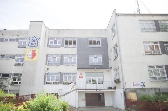 SP 162 to największa podstawówka w Łodzi. To jedna z nielicznych szkół, gdzie od lat dzieci chodzą na dwie zmiany. Tak samo będzie w przyszłym roku szkolnym w wielu innych szkołach.