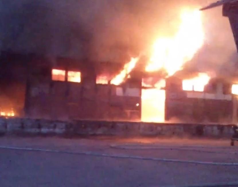 Pożar magazynów przy dworcu w Czarnem.