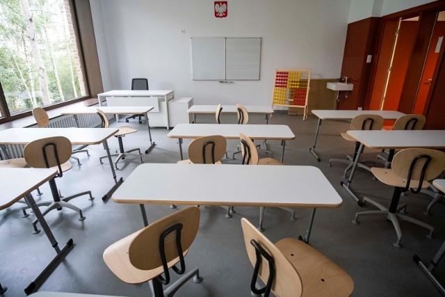 Coraz więcej szkół przechodzi na nauczanie zdalne lub hybrydowe z powodu koronawirusa.