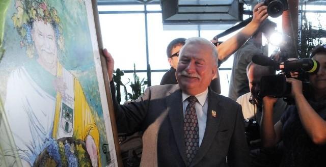 W prezencie od magistratu L. Wałęsa otrzymał obraz Jerzego Fedry na którym przedstawiony jest jako Bachus