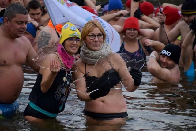 W niedzielę w Gnieźnie pobito rekord w morsowaniu. Do lodowatej wody weszło w sumie 336 osób. Nie była to tylko zabawa przy okazji zbierano pieniądze na rzecz 14-letniego Dawida Górzyńskiego, syna członków klubu Królewskie Morsy Gniezno, który zmaga się z dystrofią mięśniową. Zobacz więcej zdjęć ---->