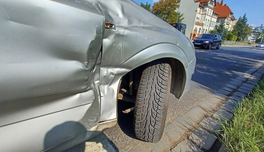 Wypadek na południu Wrocławia. Jaguar zderzył się z oplem [ZDJĘCIA]