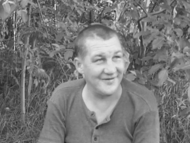 Kadr z filmu, jaki o bezdomnych nakręcili podopieczni ełckich streetworkerów. Grzegorz był jednym z jego bohaterów. Opowiada o swoim życiu.