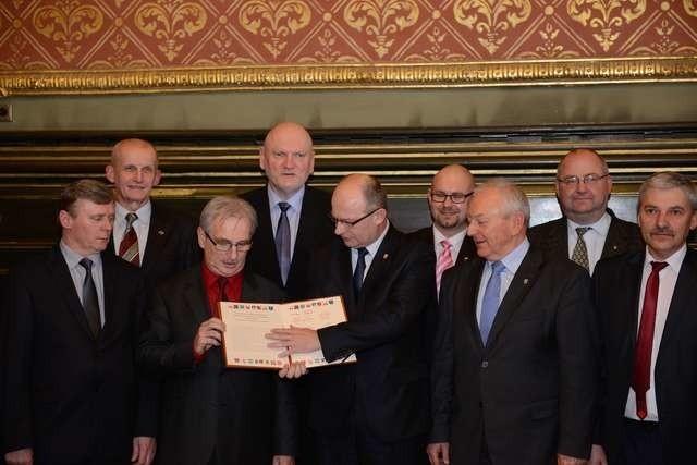 W marcu ubiegłego roku prezydent Torunia Michał Zaleski (czwarty z lewej) podpisał porozumienie o współpracy w ramach ZIT z wójtami podtoruńskich gmin Fot.: Jacek Smarz