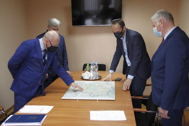 Na spotkaniu od lewej starosta niżański, burmistrz Rudnika nad Sanem, wiceminister  i burmistrz Ulanowa