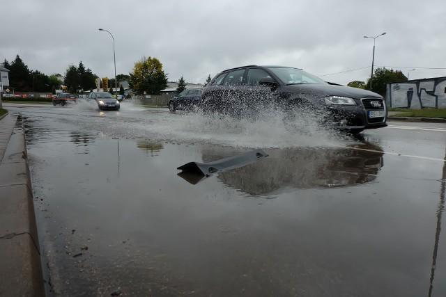 Sławińskiego znów pod wodą. Kierowcy gubią na zalanej ulicy elementy samochodów