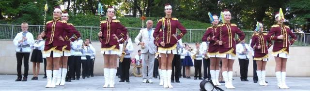 Tak młodzieżowa orkiestra Złote Surmy z Kałusza na Ukrainie prezentowała się publiczności podczas czwartkowego koncertu w amfiteatrze w Kazimierzy Wielkiej.