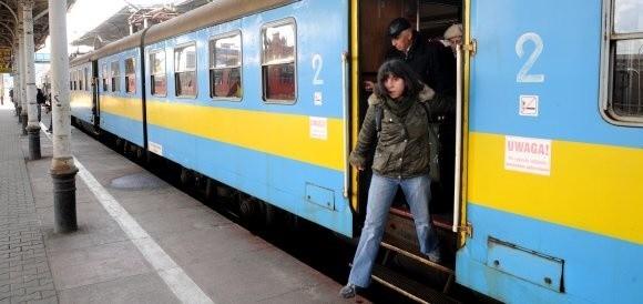 Zdezelowane, kilkudziesięcioletnie pociągi wożą pasażerów, podczas gdy u marszałka leży 40 milionów euro na zakup nowych szynobusów.